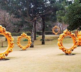 日本鹿兒島「霧島藝術之森」美術館的韓國藝術家崔正化的作品「你就是藝術」