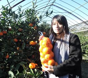 「樂吃購!日本」記者與櫻島世界最小蜜橘合照