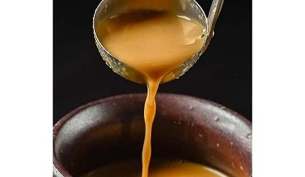 九州福岡必吃名物美食推薦「おおやま」味噌內臟鍋的味噌湯底
