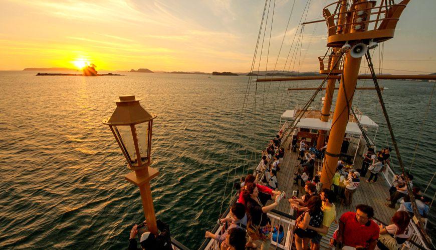 夕陽時的長崎佐世保九十九島觀光遊覽船